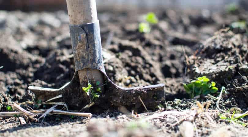 12-genius-gardening-hacks-01-shovel