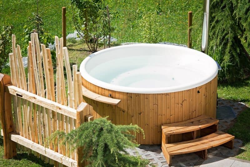ways-to-heat-up-your-garden-in-winter-3-hot-tub