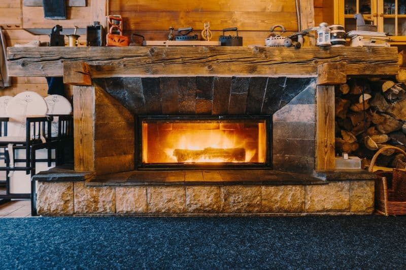 log-cabin-decor-ideas-1-warm-furnishings-fireplace-unsplash