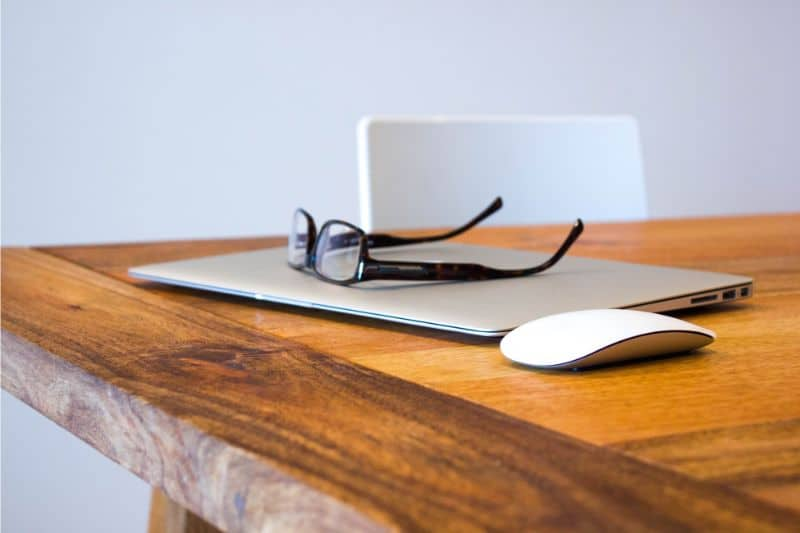 tips-for-decorating-your-home-office-1-choose-a-bold-colour-for-your-desk-unsplash