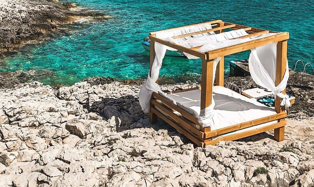 10-diy-outdoor-furniture-7-garden-cabana-lounge-unsplash