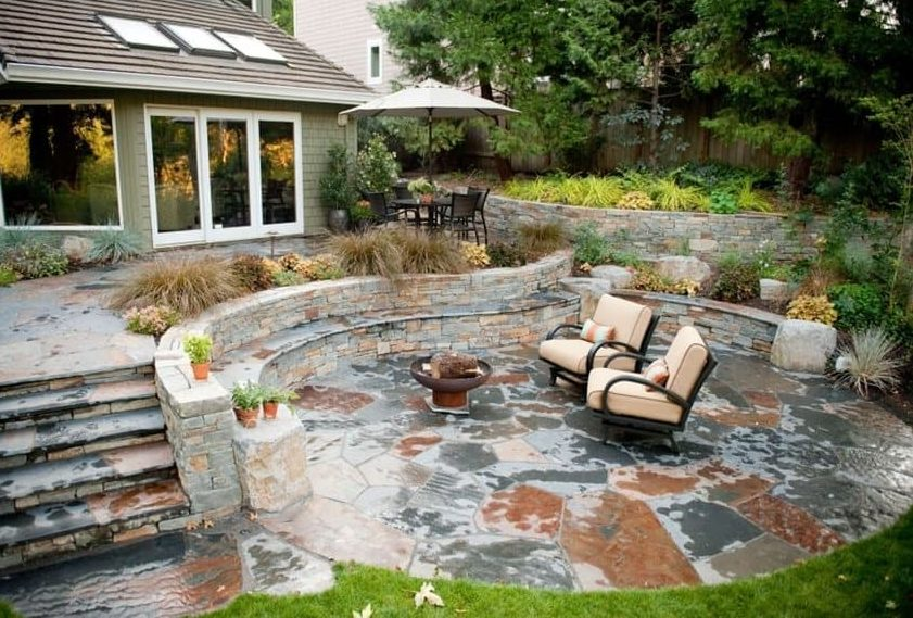 A two-tier sandstone backyard perfect as campfire and stargazing spot