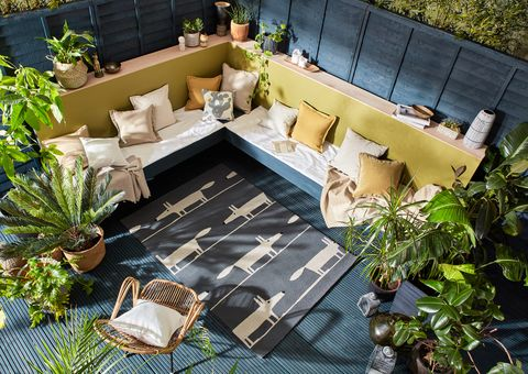 A corner garden with seating and horizontal fencing