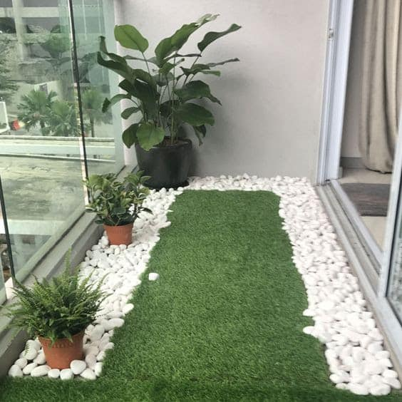 Simple, white pebbles providing a great border for artificial grass