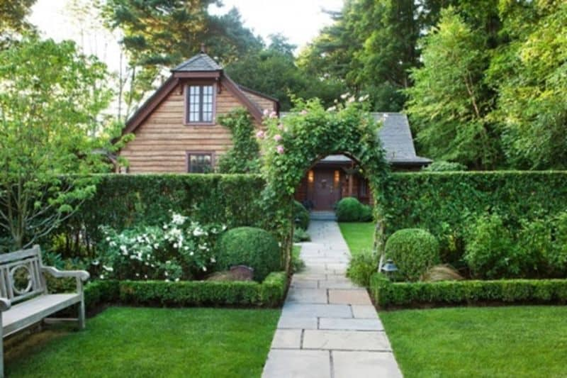 A dreamy, fairytale-like garden with hedge and an archway