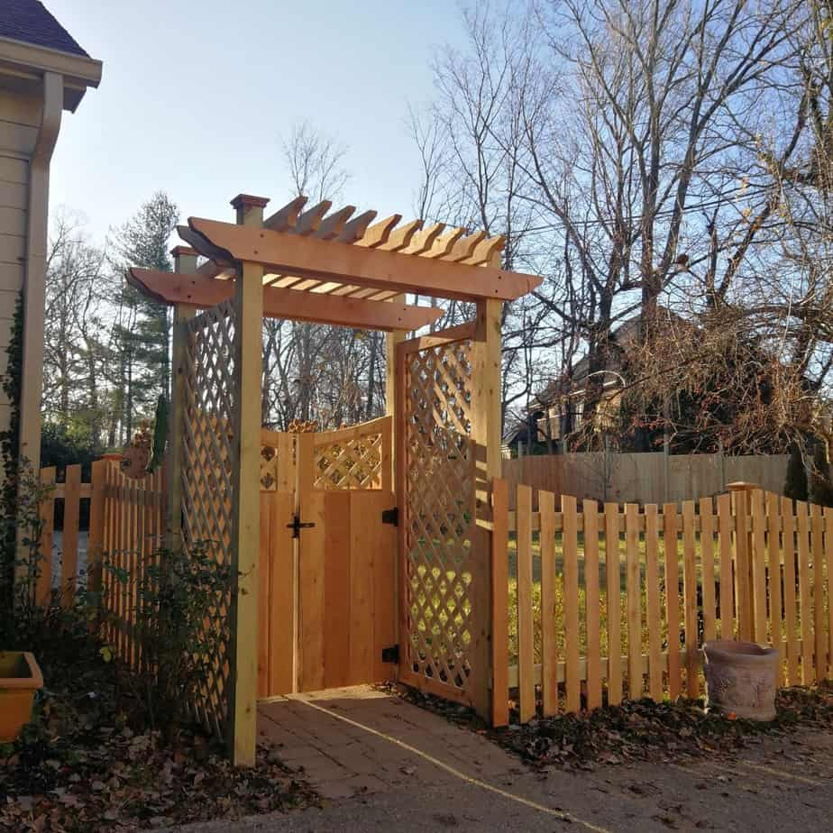 Simple, pretty and yet resistant wooden gate