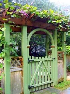 Green gate that gives a Japanese garden-feel