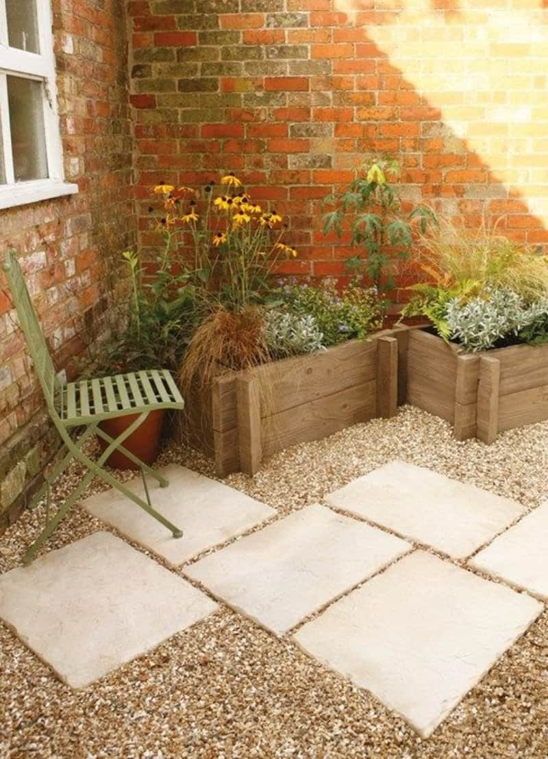 A simple stepping stone patio