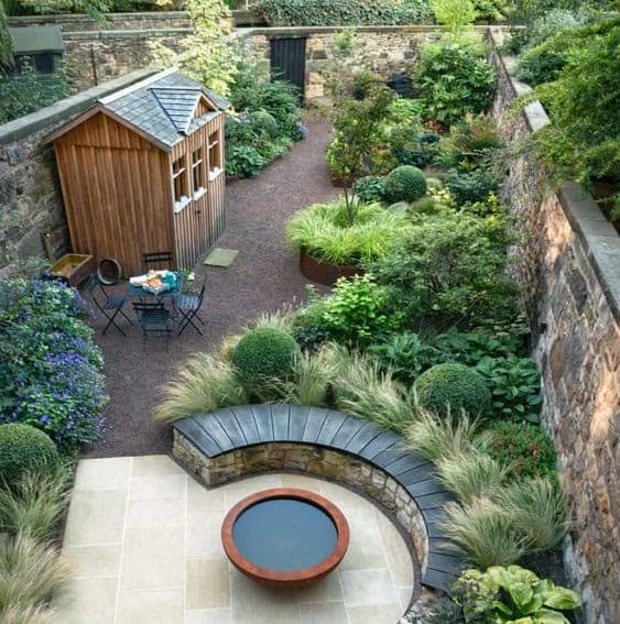 A thin shed perfect for narrow gardens