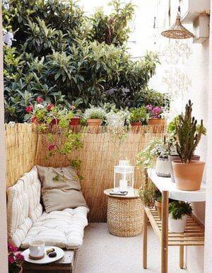 Small cosy side yard setting