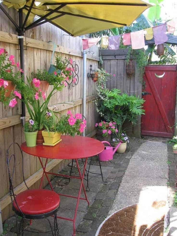 Simple, colourful side yard