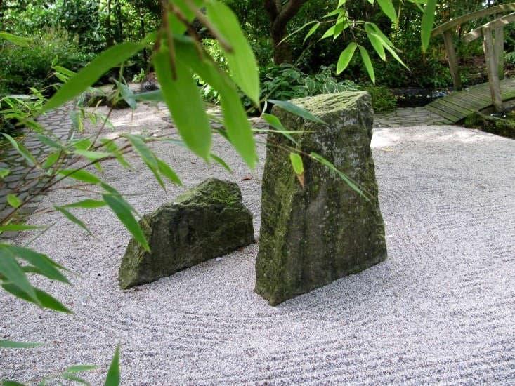Rock sculptures imitating mountains