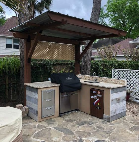 Tiny corner BBQ station with sink sheltered with a small roof