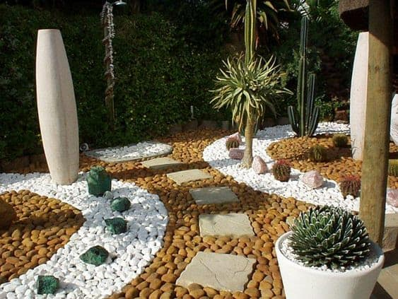 Pebbles and stepping stones in different shapes, sizes and colours for a modern, desert garden feeling