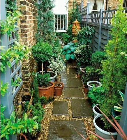 Side yard pebbles and stepping stonesas a garden base