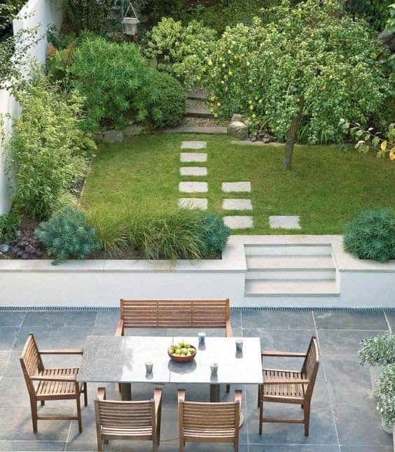 A simple two-level garden, separating the wild from the calm