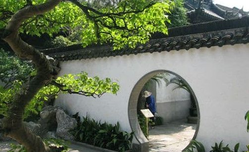 Moon door for side garden adding a Chinese-style effect