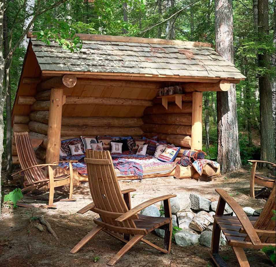 Treehouse hideout in the form of a log cabin