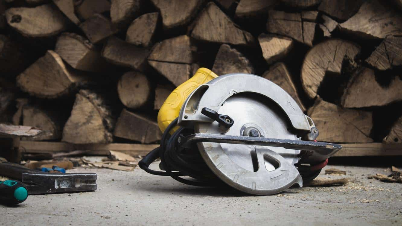DIY tools and wood pallets foir DIY fire pit